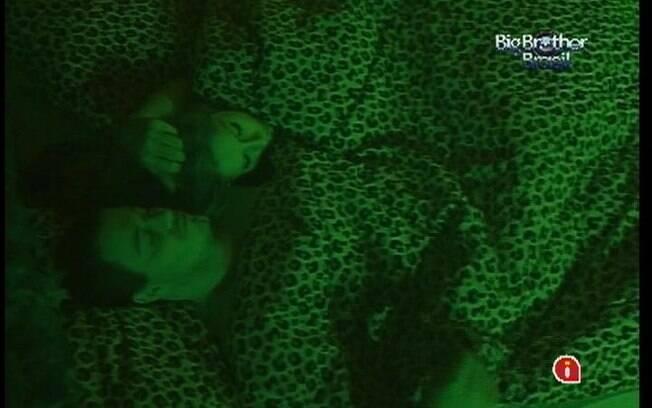 Rafa e Renata pegam no sono após carícias sob o edredom