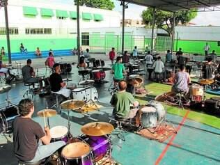 Bateras.  Dezenas de músicos, comandados por Dinho Santos, vão animar o público no bairro Eldorado