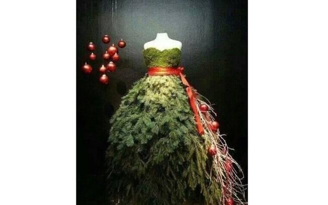 Para descontrair, aos apaixonados por roupa e moda, que tal uma árvore no manequim? As bolas vermelhas e a luz dramática completam o cenário