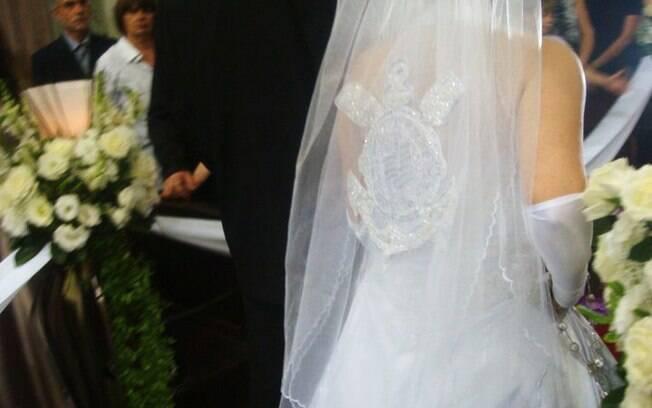 Na igreja: mantilha, com cristais e miçangas importadas, custou quase o mesmo preço do vestido
