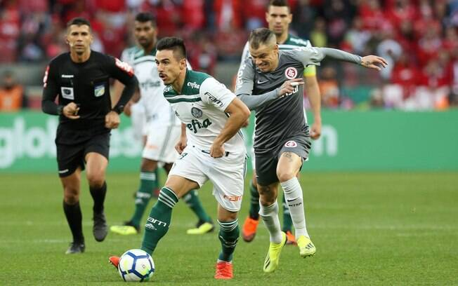 Willian em ação pelo Palmeiras contra o Internacional, o seu 99º jogo com a camisa alviverde