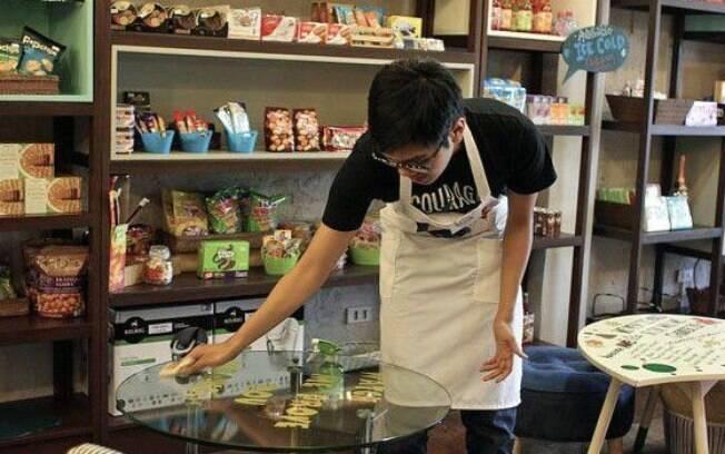 As tarefas de Jose incluem limpar as mesas e fazer café