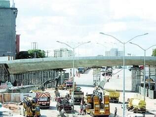 Trabalhos para liberação do tráfego na avenida Pedro I continuam