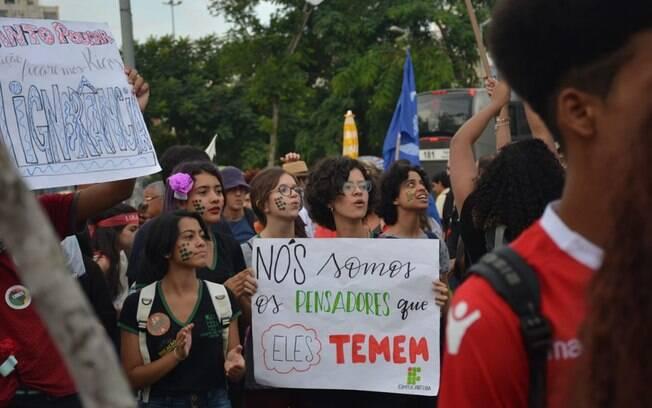 Manifestantes levantam cartazes em protesto pela educação na capital paulista, nesta quinta-feira (30)