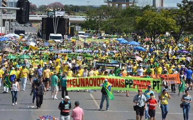 A população de todo o Brasil sai as ruas, pela segunda vez, para protestar contra o governo federal. Em Brasília, protesto começou pela manhã