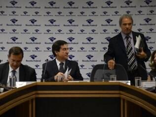 O subsecretário de Arrecadação e Atendimento, Carlos Roberto Occaso e o supervisor nacional do IR, Joaquim Adir, detalham o preenchimento da declaração do IRPF 2015