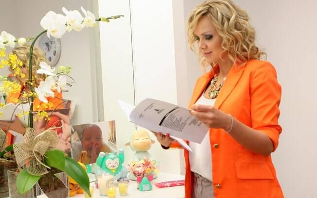 Eliana lê roteiro do programa diante do espelho com fotos de Arthur