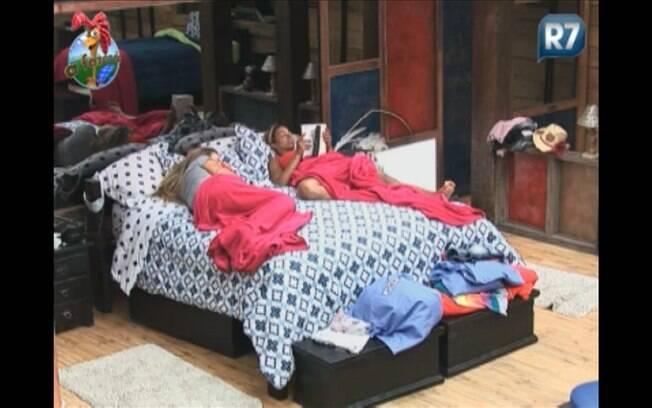 Loiras dividem a cama de casal e Joana aproveita para dormir