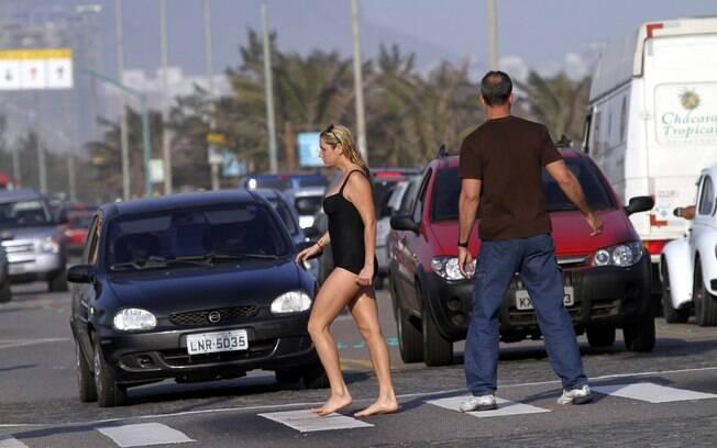 Ke$ha sai andando descalça pelas ruas do Rio