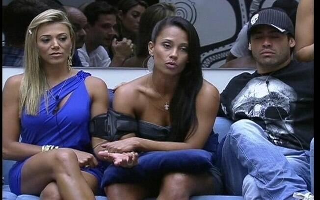 Kelly segura a mão da emparedada Fabiana e fala com Bial