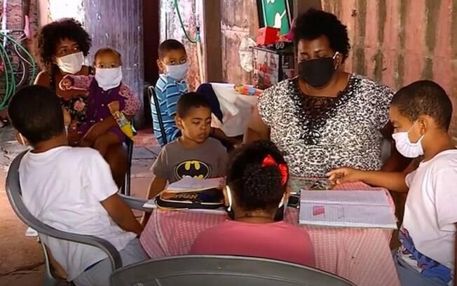 Rosemeire ajudando seus filhos a estudarem em meio à pandemia