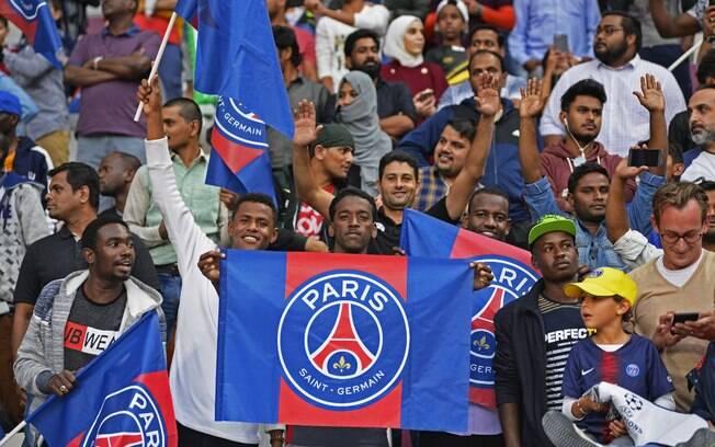 Torcida do PSG no treino aberto em Doha, no Catar