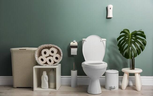 Como você organiza o banheiro? Algumas atitudes rotineiras podem prejudicar a saúde e deixar o local cheio de bactérias
