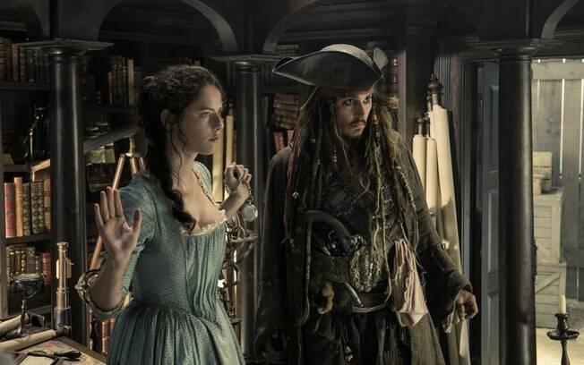 Johnny Depp volta a encarnar Jack Sparrow em