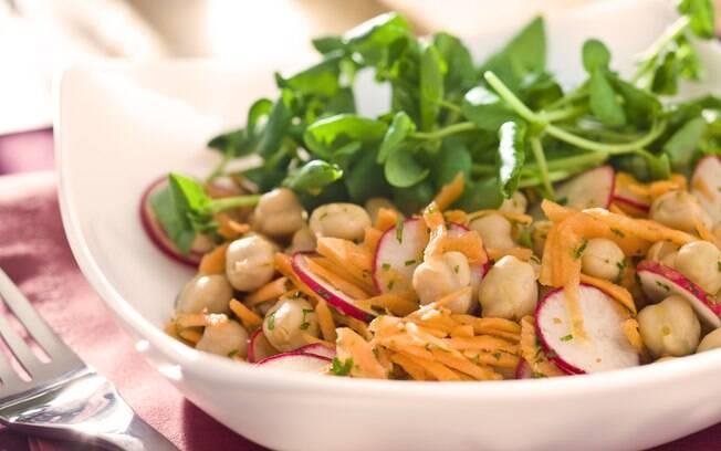 Foto da receita Salada de grão-de-bico com cenoura e salsinha pronta.