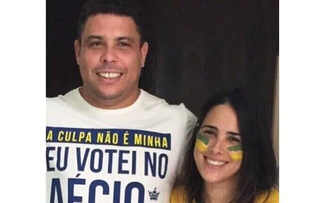 Partidário de Aécio Neves, Ronaldo posou com a cantora Wanessa, que cantou o hino nacional em manifestação realizada em São Paulo neste domingo (15)