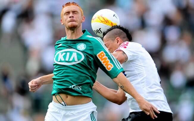 Souza e Ralf disputam bola pelo alto no  clássico entre Palmeiras e Corinthians