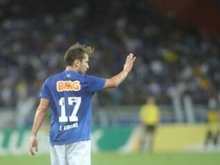 Everton Ribeiro se movimentou bem e mostrou habilidade em campo
