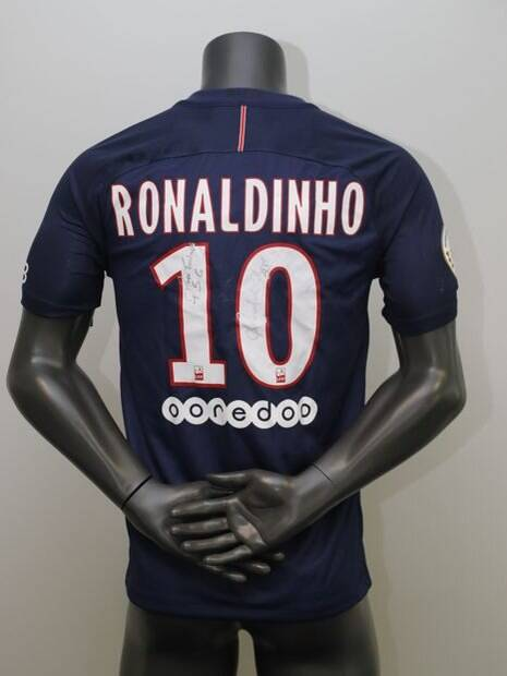 Camisa do PSG assinada por Ronaldinho que estará no leilão é do ano de 2017