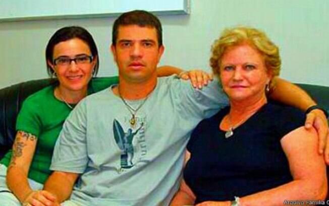 Rodrigo Gularte entre a mãe Clarisse e a prima Angelita Muxfeldt