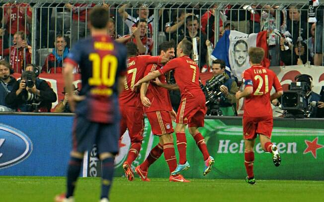 Lionel Messi observa comemoração dos atletas  do Bayern de Munique após o gole de Mario Gomez, o  segundo em cima do Barcelona