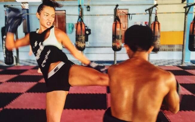 Mia Kang durante treino de Muay Thai