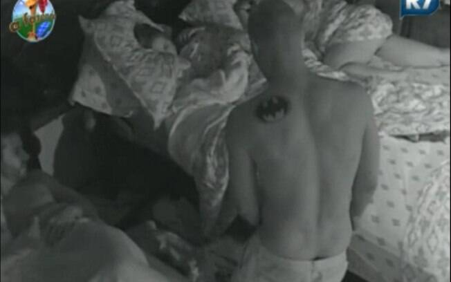 Marlon acorda e pega Dinei fazendo xixi nas roupas de Joana