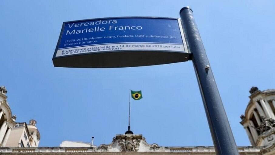 Homenagem à ex-vereadora foi instalada em frente à Câmara, no Rio de Janeiro