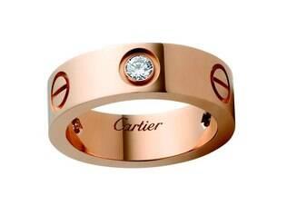Aliança da Cartier, feita de ouro rosa com diamantes, com a palavra