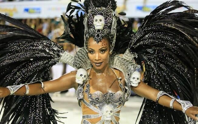 Musa da Unidos do Viradouro desfila com maiô cavado no carnaval carioca