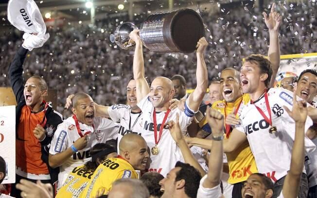Alessandro ergue a tão sonhada taça de  campeão da Libertadores