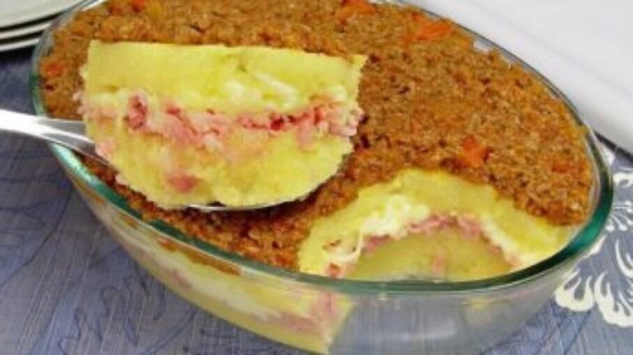 Com um preparo fácil, a polenta recheada de travessa vai conquistar sua família!