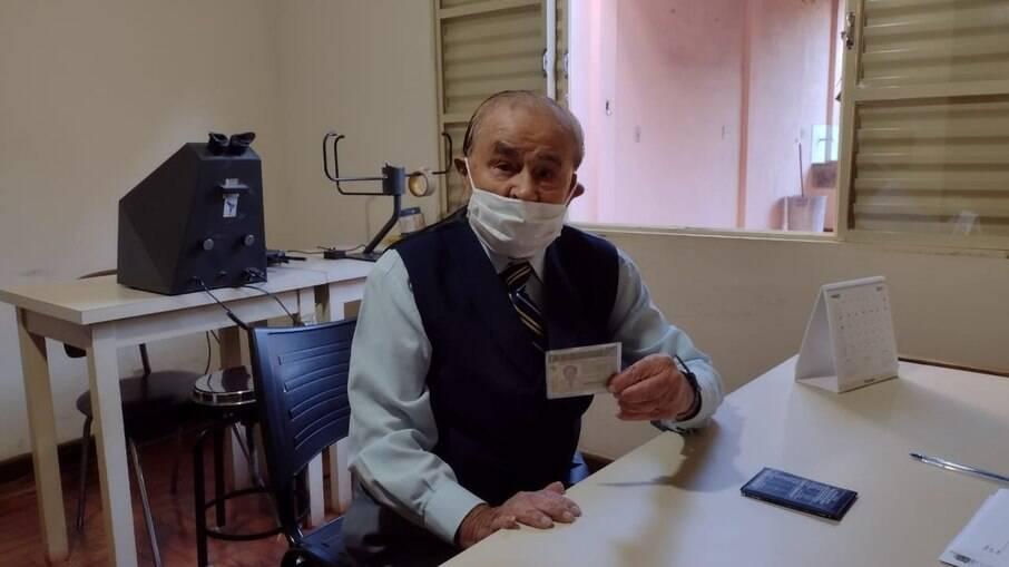 Aposentado Antônio Genez Parize de 102 anos não quer parar de dirigir o VW Santana, seu