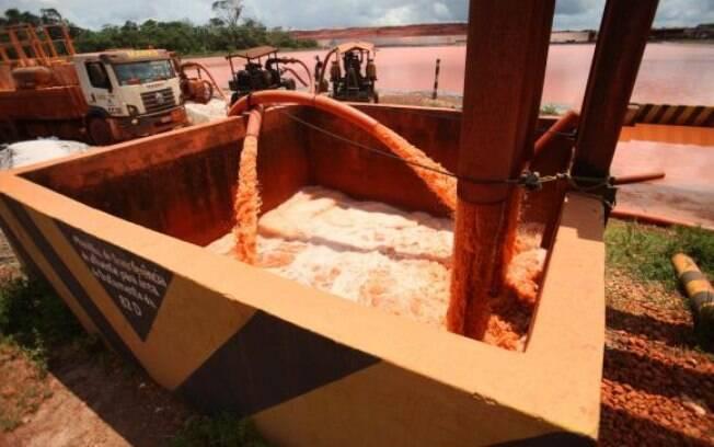 Um depósito de resíduos da mineradora transbordou, despejando rejeitos tóxicos no meio ambiente
