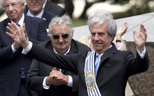Tabaré Vázquez acena para o público após a posse no Uruguai