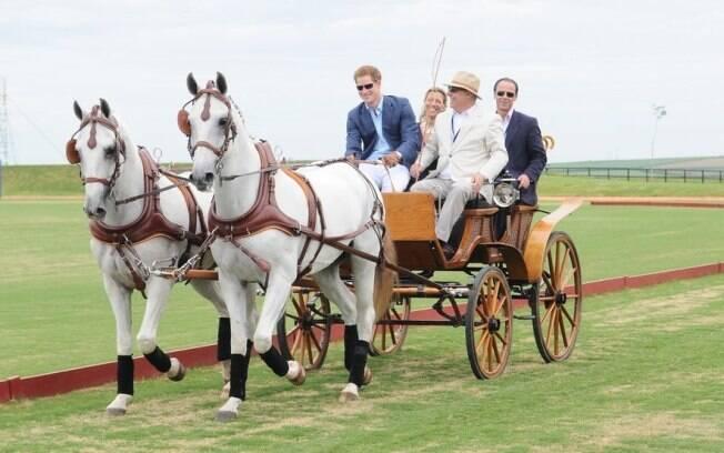 Príncipe Harry chega ao haras Larissa conduzindo uma charrete
