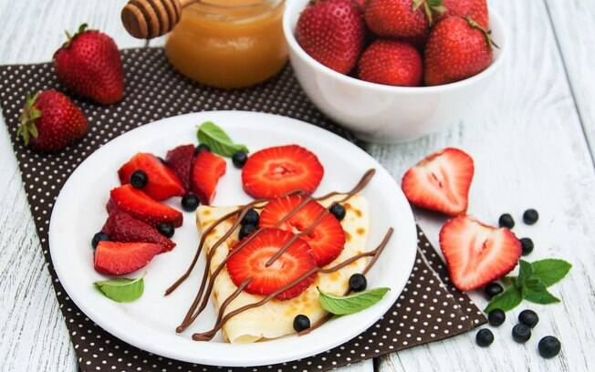 Com mel ou chocolate 70%, as frutas podem ser ótimas sobremesas para quem pretende diminuir o consumo de açúcar