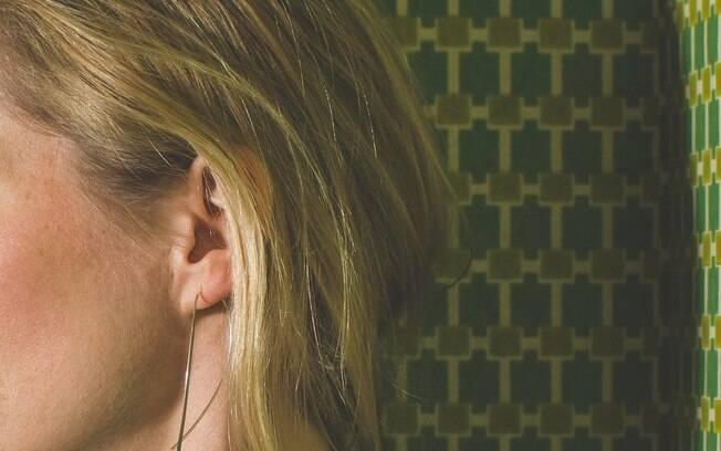 Cera de ouvido acaba fazendo a limpeza natural do ouvido, e médico aconselha usar toalha para limpar região externa