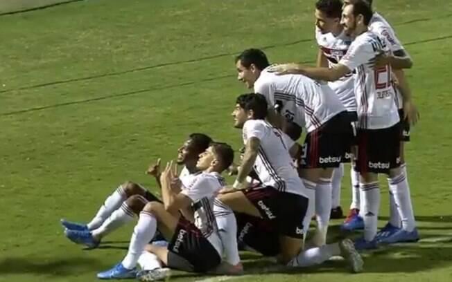 Comemoração do gol de Arboleda