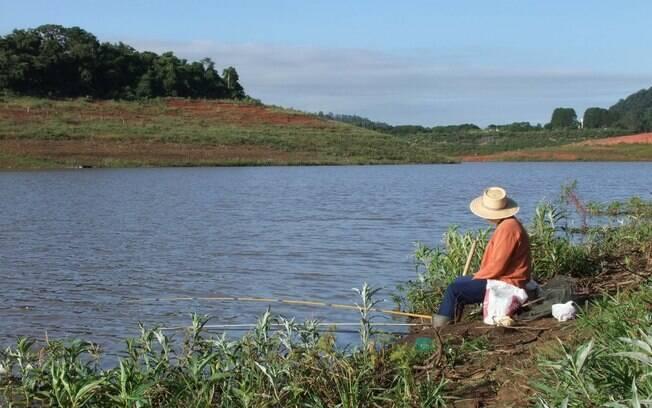 Pescador no Rio Jaguari, que faz parte do Sistema Cantareira, em Vargem, interior de SP (3/02)