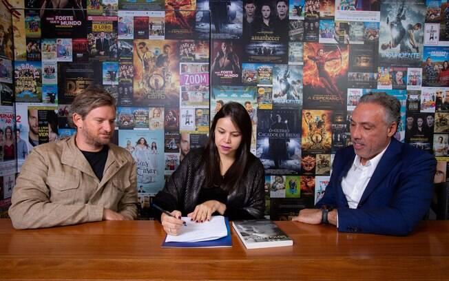 Sandi Adamiu, Marcia Batista e Marcio Fraccaroli assinam a compra dos direitos autorais