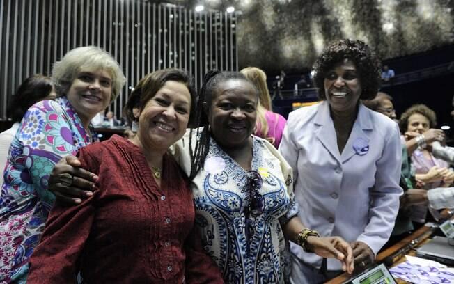A senadora Lídice da Mata, relatora da proposta, com Creuza Maria Oliveira, presidente da Federação Nacional dos Trabalhadores Domésticos, e a deputada Benedita da Silva