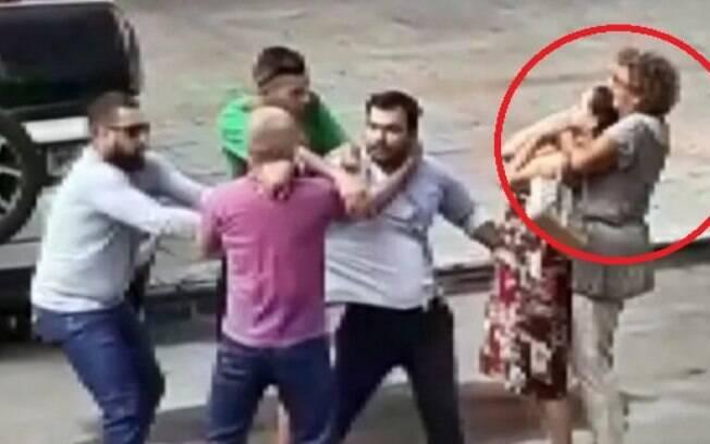 Idosa deu uma gravata em uma mulher que tentava separar uma briga de trânsito, em MG