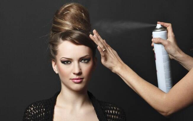 O spray de fixação é básico, e ajuda a fazer qualquer penteado durar mais