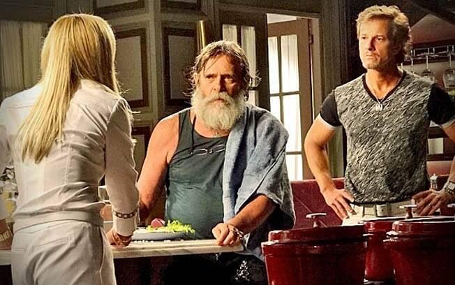Na cozinha, Nilo deixa escapar que Max é seu filho