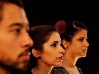 Rodrigo Mangah, Raquel Lauar e Raquel Dutra em cena de
