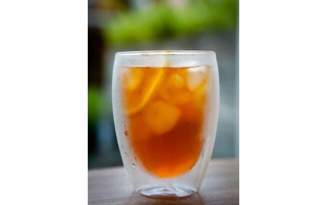Foto da receita Chá gelado de limão com rooibos e hortelã pronta.