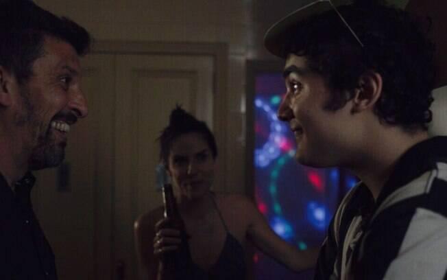 Cena de Intimidade entre Estranhos: todos os personagens têm dificuldades emocionais e são colocados à prova ao longo do filme