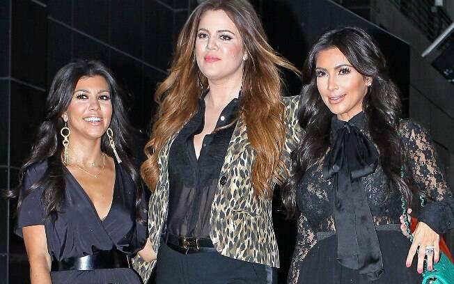 As irmãs Kim, Kourtney e Khloe Kardashian mostram suas vidas em um reality show e foram criticadas por isso