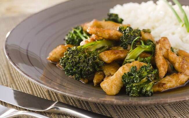 Foto da receita Tirinhas de peito de frango com brócolis, gengibre e shoyu pronta.